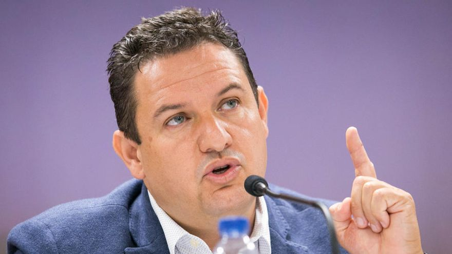 El PSOE abre el proceso para crear una gestora en Arona y expulsar a José Julián Mena del partido