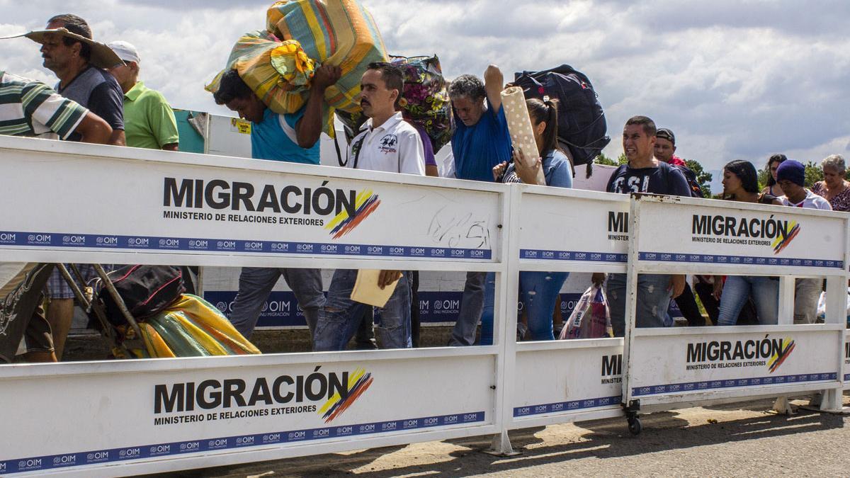 Emigrantes venezolanos pasan los controles de frontera.