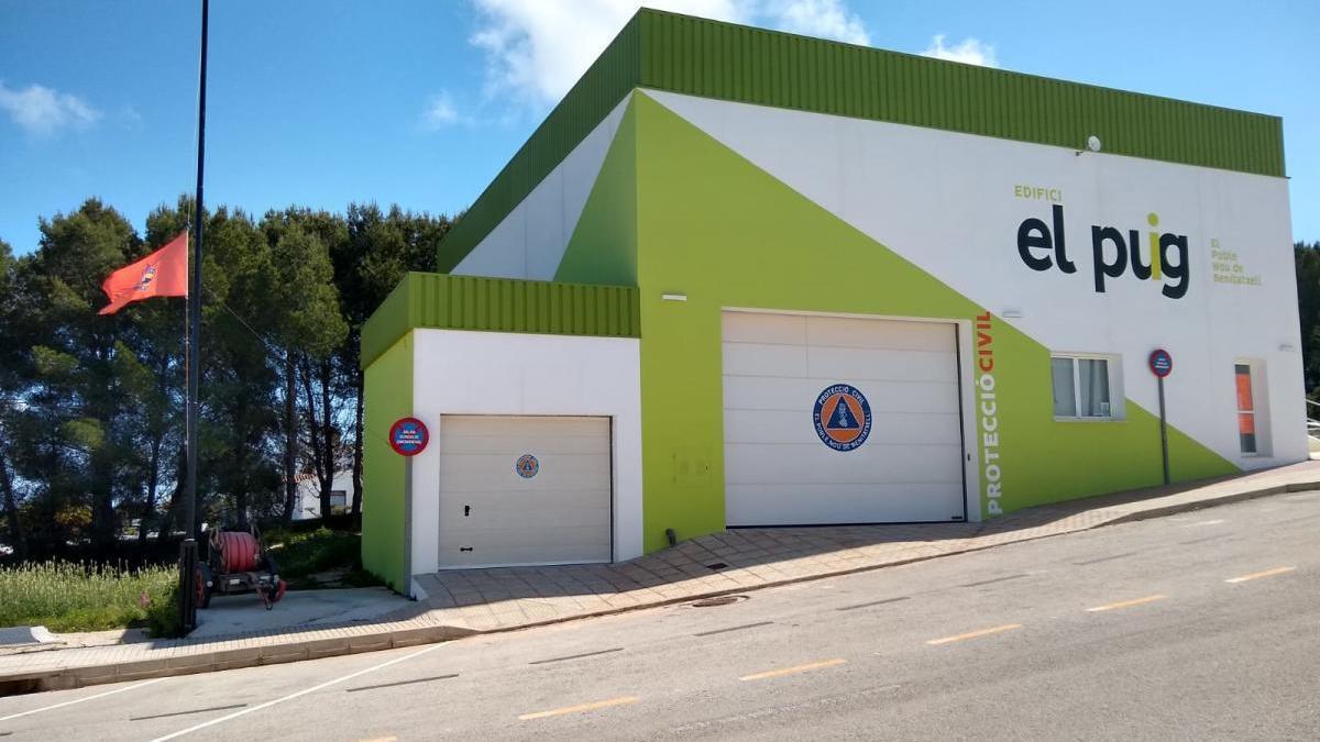 Bandera a media asta en la sede de Protección Civil del Poble Nou de Benitatxell