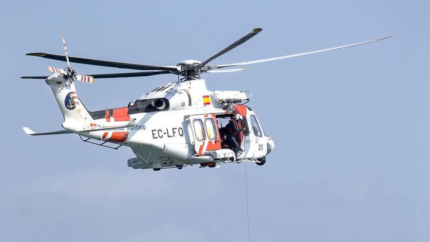 El helicóptero de Salvamento Marítimo rescata a dos inmigrantes que habían caído al agua frente al Penyal d'Ifac