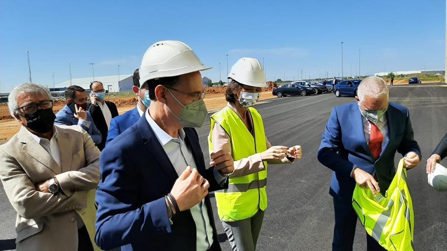 VÍDEO | La ministra Reyes Maroto visita la empresa de aluminio de Villabrázaro