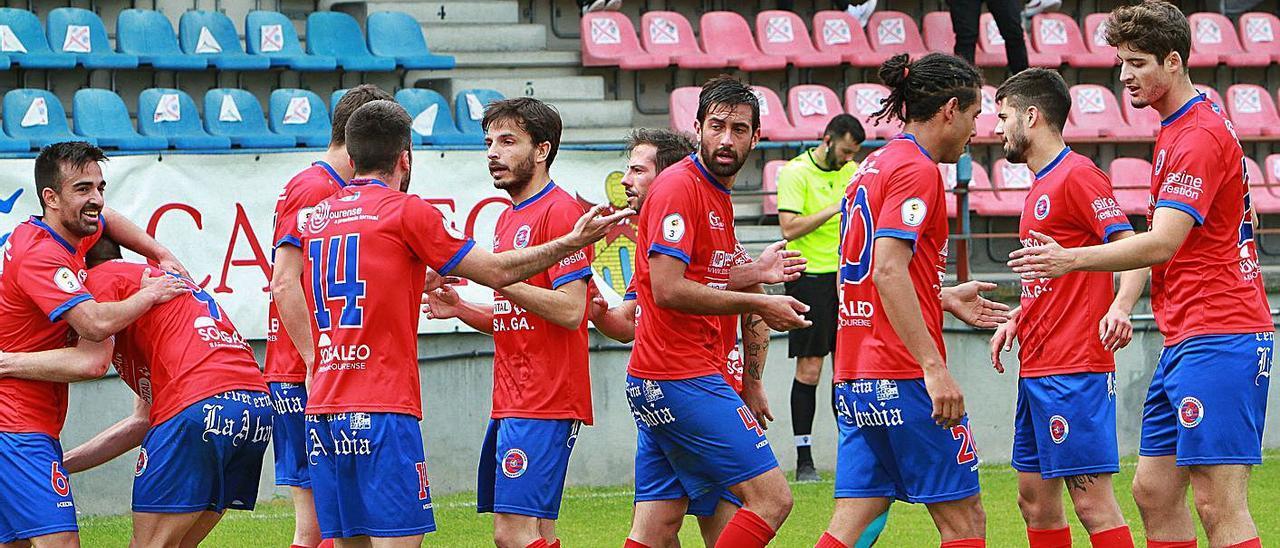 Los jugadores de la UD Ourense el domingo en el campo de O Couto.    // IÑAKI OSORIO