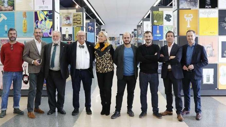 El cartelismo se hace políglota en la muestra de la Bienal Francisco Mantecón en Vigo