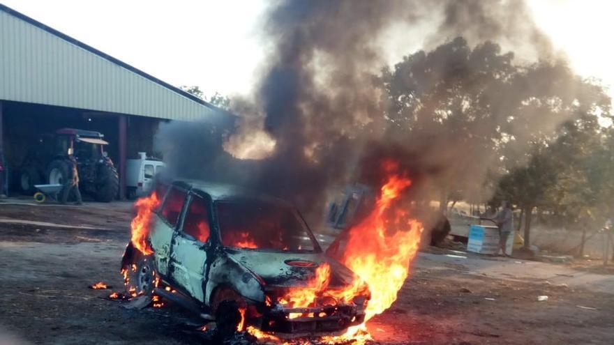 Un coche arde en Formariz