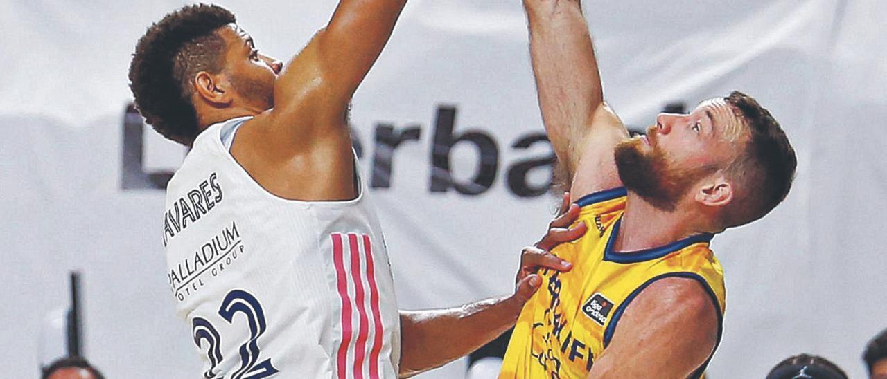 Matt Costello intenta evitar la entrada a canasta de Edy Tavares, en el choque del pasado lunes en Madrid. | | LOF