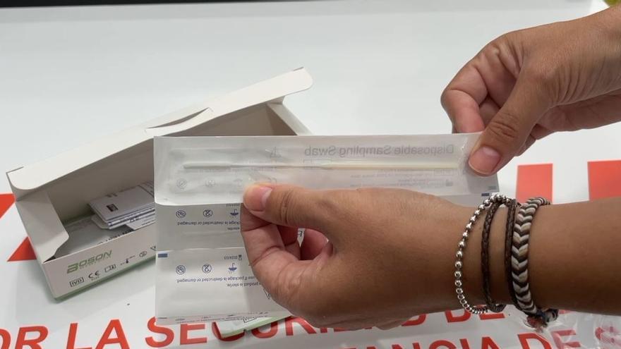 Padres de adolescentes acaparan la demanda de los test de covid caseros