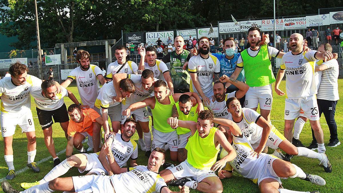 La celebración del Atlético Arnoia en el campo de A Queixeira tras conocer que ascienden a la Tercera Federación.    // IÑAKI OSORIO