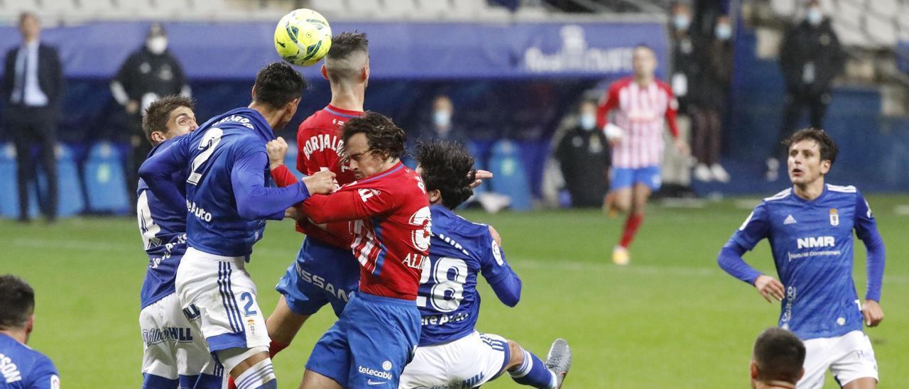 Una acción del Oviedo-Sporting