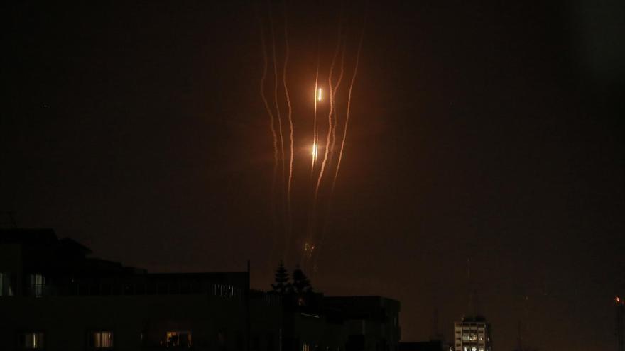 La ofensiva desde Gaza continúa con más de 100 cohetes contra Tel Aviv y el aeropuerto Ben Gurion