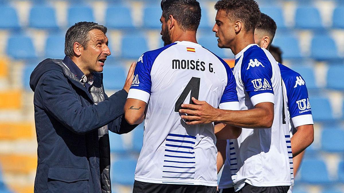 David Cubillo trata de poner orden en la defensa hablando con Moisés, Tano y Raúl Ruiz, ayer.