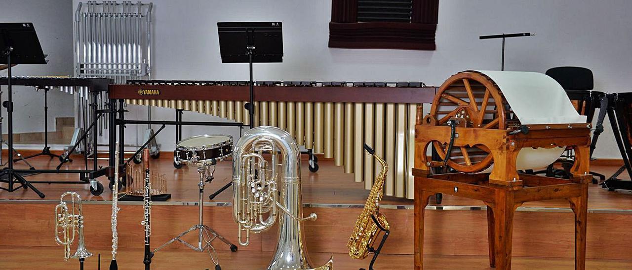 Varios instrumentos, de distintos grupos, en una de las salas de la Sociedad de Música de Villa de Ingenio. | | JOSÉ CARLOS GUERRA