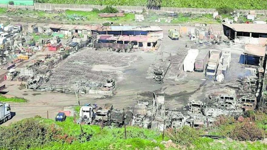 Un incendio calcina una docena de vehículos en una zona industrial de Telde