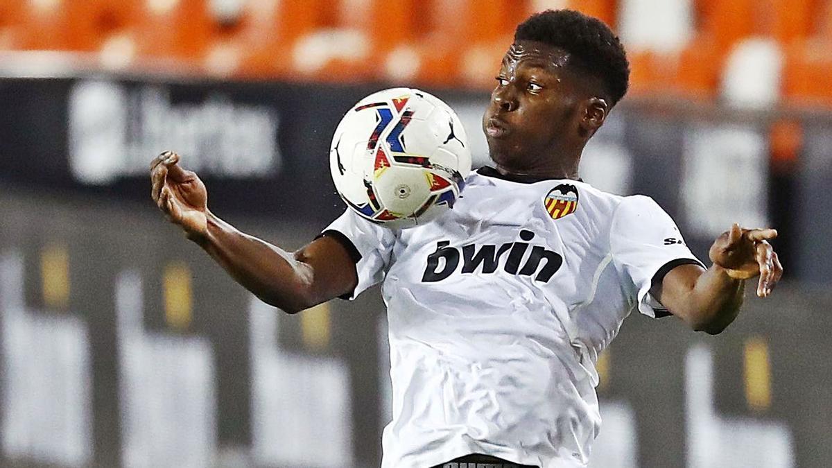 Yunus Musah controla de pecho en un encuentro con el Valencia en Mestalla. | REUTERS/JUAN MEDINA