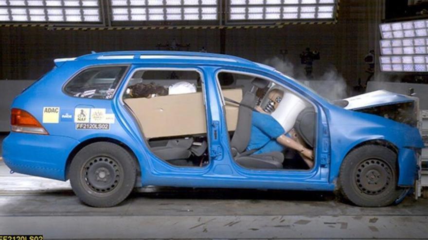El peligro de llevar la carga mal ubicada dentro del coche