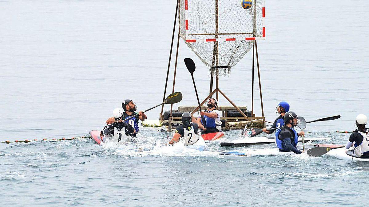Un grupo de jóvenes, ayer por la mañana, disputando un encuentro de kayak-polo en Cangas.
