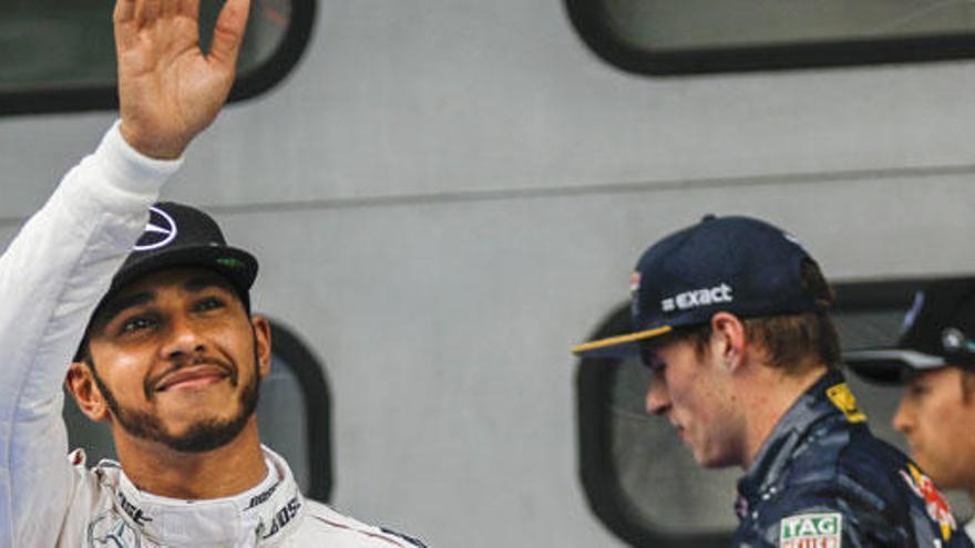 Hamilton aconsegueix la 'pole' en batre el rècord de Sepang