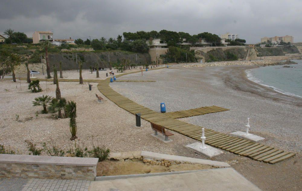 Playa del Varadero, en Villajoyosa, con bandera azul. Los arenales de Ciutat (Centro) y La Caleta, en la misma localidad, también tienen distintivo de calidad.