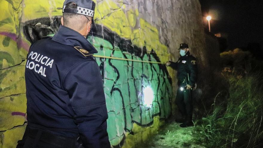 La Policía Local pilla in fraganti a cuatro jóvenes pintando un grafiti en la ladera del Castillo de San Fernando