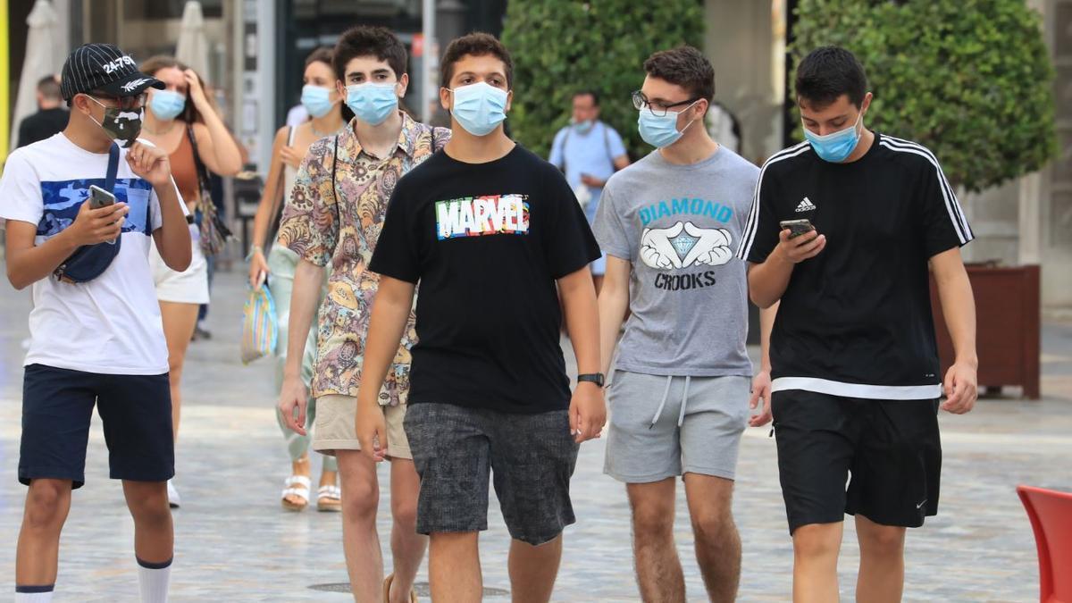 Gente con mascarilla caminando por una calle de Cartagena.