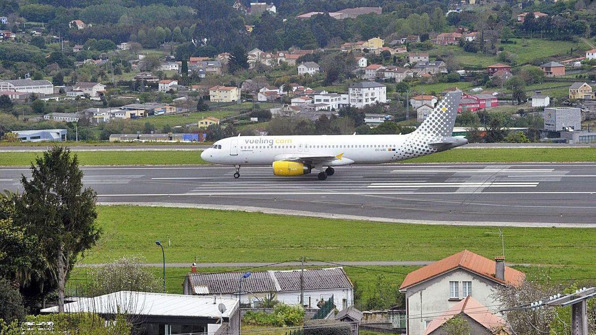 Un avión de Vueling en el aeropuerto de Alvedro.