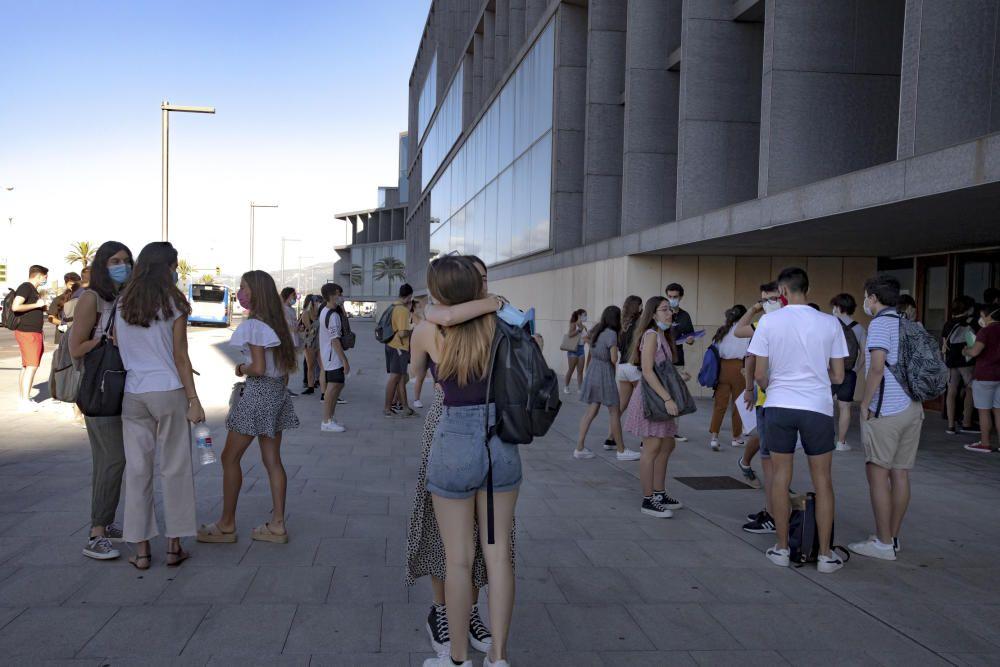 Mascarillas, gel y muchos nervios en el arranque de la selectividad del coronavirus en Mallorca