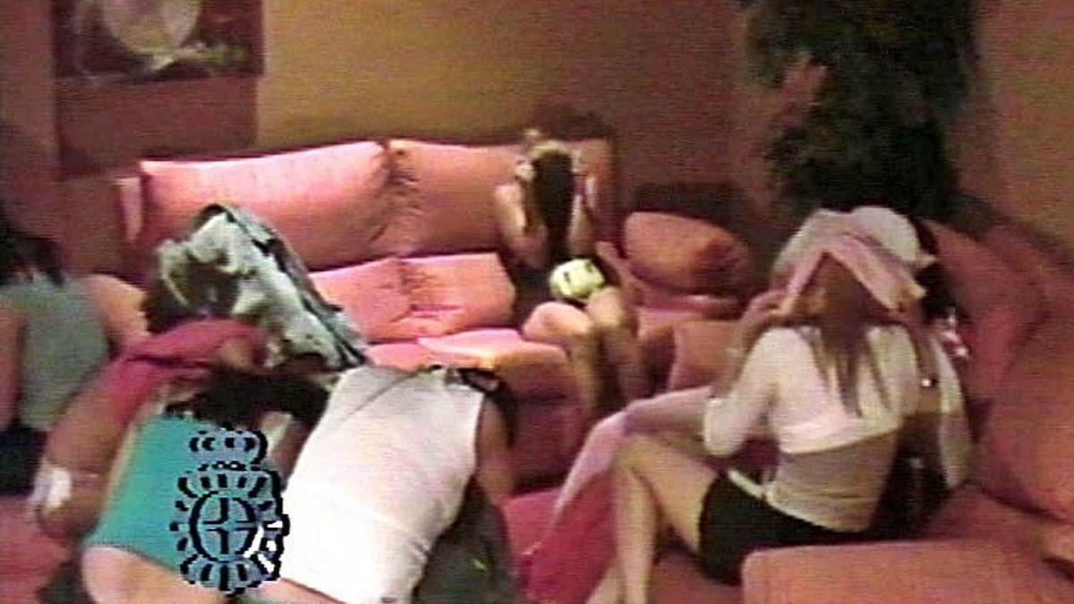 Varias mujeres en un piso durante una redada de la Policía Nacional.