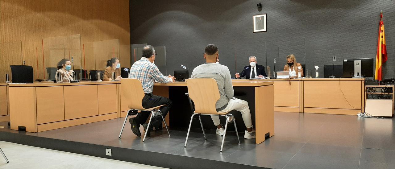 De izquierda a derecha el intérprete de árabe y el acusado de intentar matar a otro ayer durante el juicio en su contra