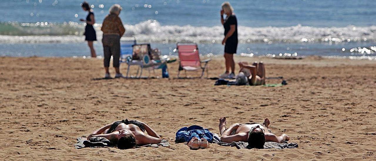 Bañistas disfrutando del sol en la playa del Postiguet (Alicante) el 11 de marzo, pocos días antes del confinamiento.