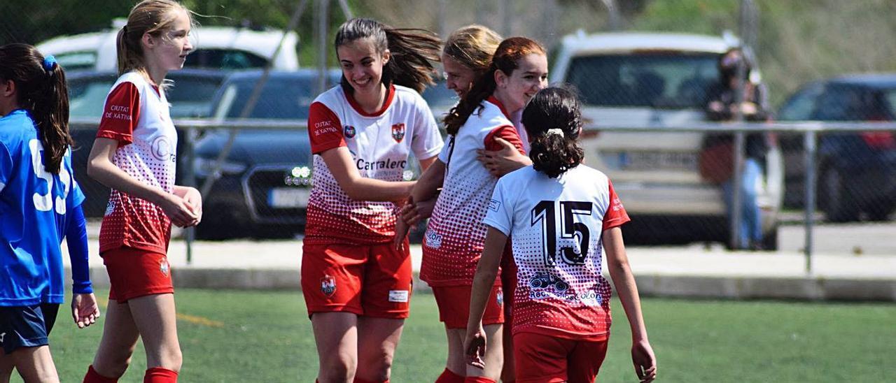 Las chicas del infantil-cadete celebrando uno de los goles ante el Alzira. | CIUTAT DE XÀTIVA CFB