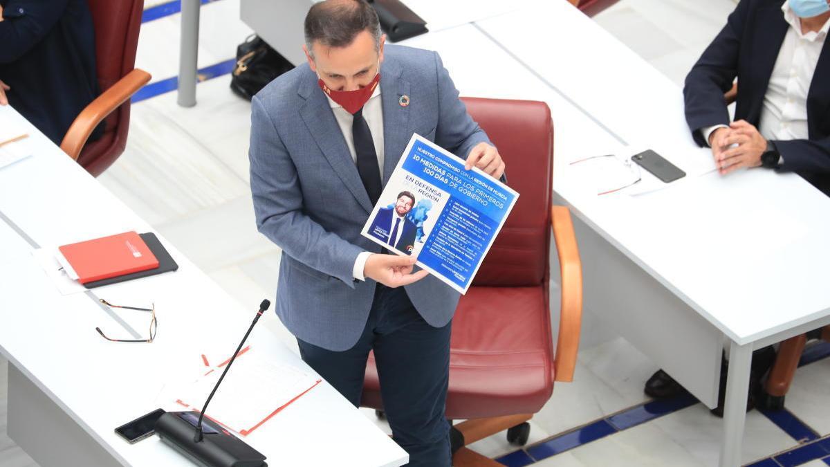 Conesa muestra el programa electoral del PP,  que prometía inversiones en infraestructuras educativas. juan caballero