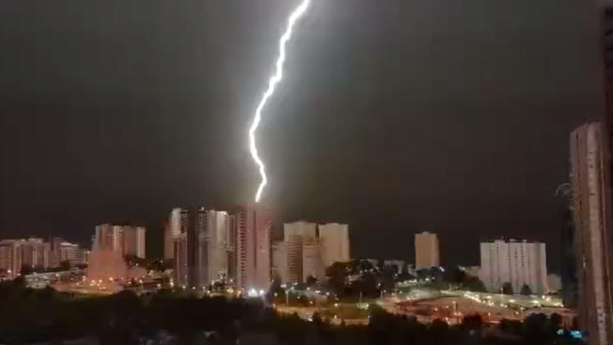 Un rayo impacta en un rascacielos de Benidorm y provoca un incendio