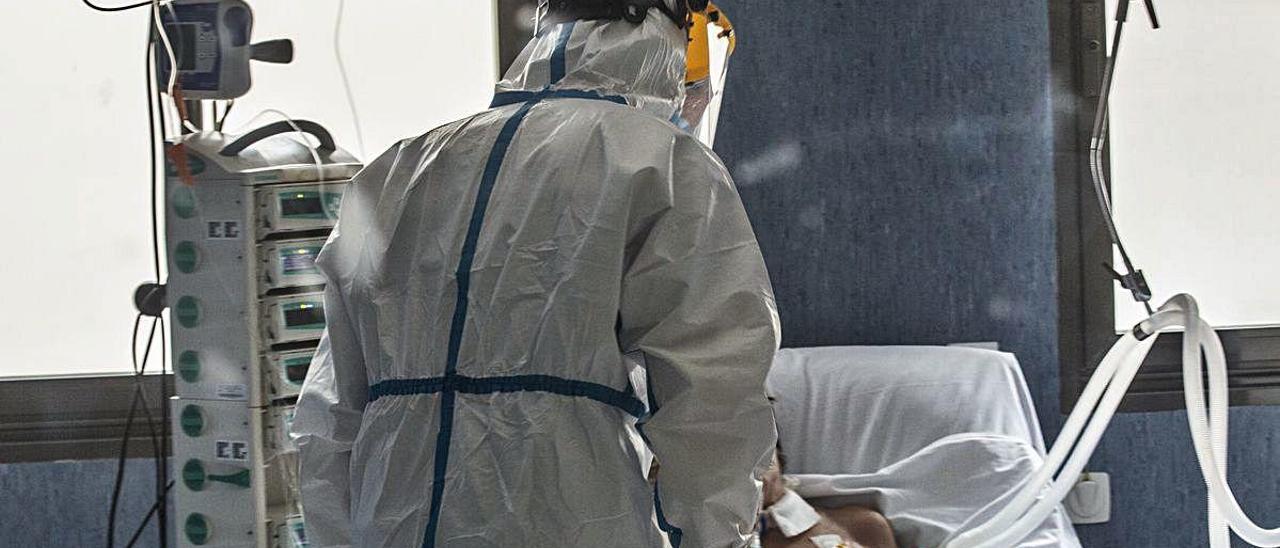 Personal sanitario atiende a un paciente ingresado en una UCI de la provincia. PILAR CORTÉS