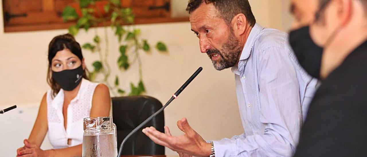 El alcalde de Elche explica la situación por el covid-19, ayer, junto a los ediles de Emergencias y Sanidad. A. AMORÓS