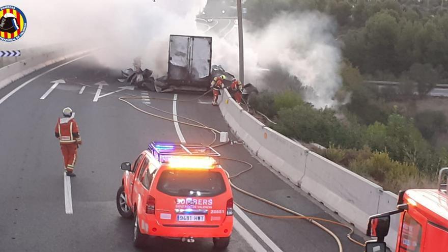 Reabierta la A-3 en sentido València en Buñol tras más de 7 horas cortada por el incendio de un camión