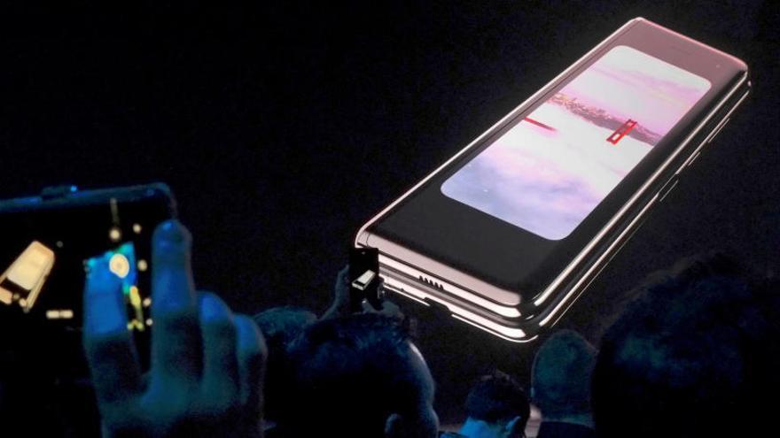 Samsung deixa en l'aire el llançament del mòbil plegable en detectar errors