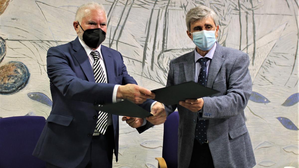 El presidente ejecutivo de Latem Aluminio, Macario Fernández (izquierda) y el rector de la ULE, Juan Francisco García (derecha) esta mañana tras la firma del acuerdo.