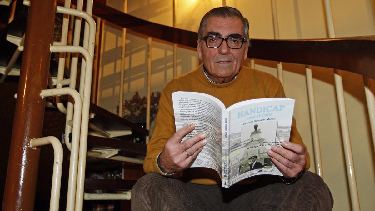 """Gerardo González Martín con su libro """"Hándicap creó el Celta"""" en 2011"""
