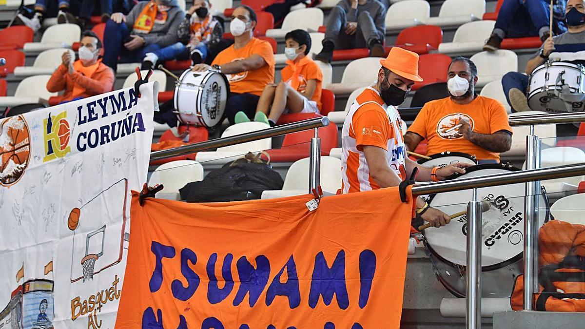 Los aficionados de la peña Tsunami Naranja, que ayer volvían al Palacio. |  // VÍCTOR ECHAVE
