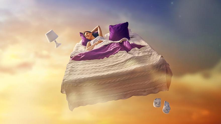 Caer al vacío, volar, que te engañen... ¿Qué significan los sueños?