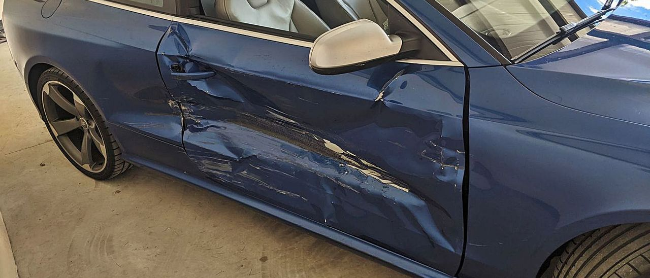 Daños en el Audi RS5 tiroteado en Marratxí por el impacto contra uno de los vehículos policial.