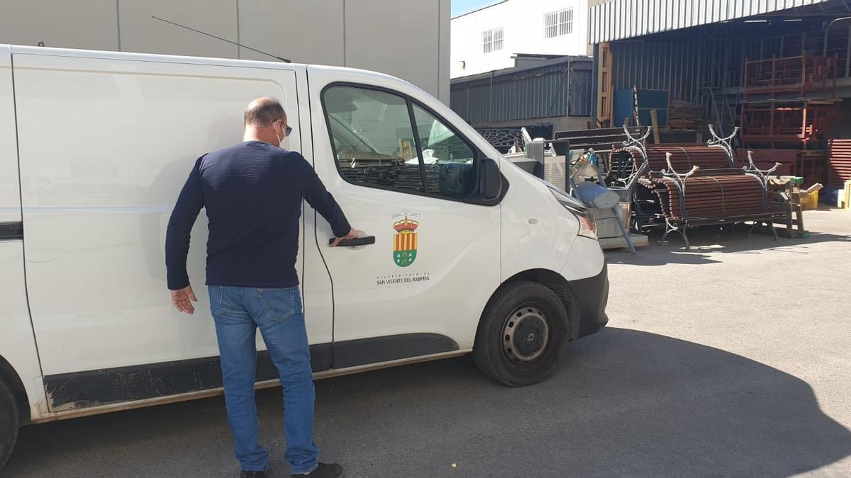 Un operario con ropa de calle sube a una furgoneta que los empleados aseguran que no se desinfecta.