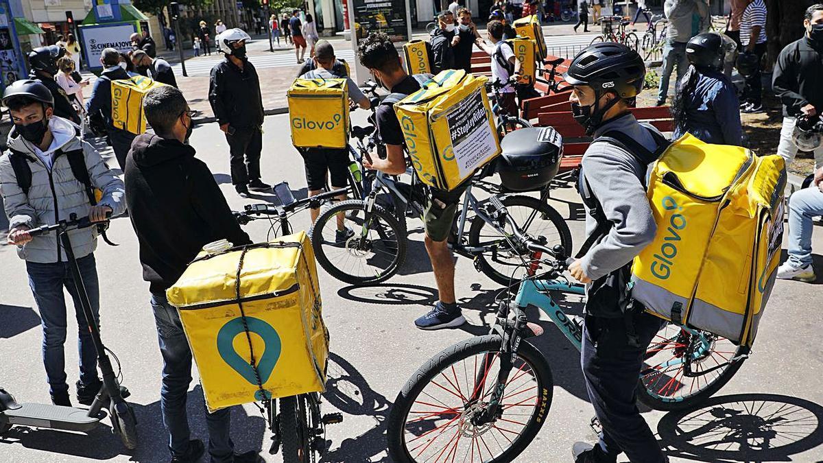 Protesta, ahir, a València, de 'riders' contraris a la llei i en defensa dels autònoms.   MIGUEL Á. MONTESINOS