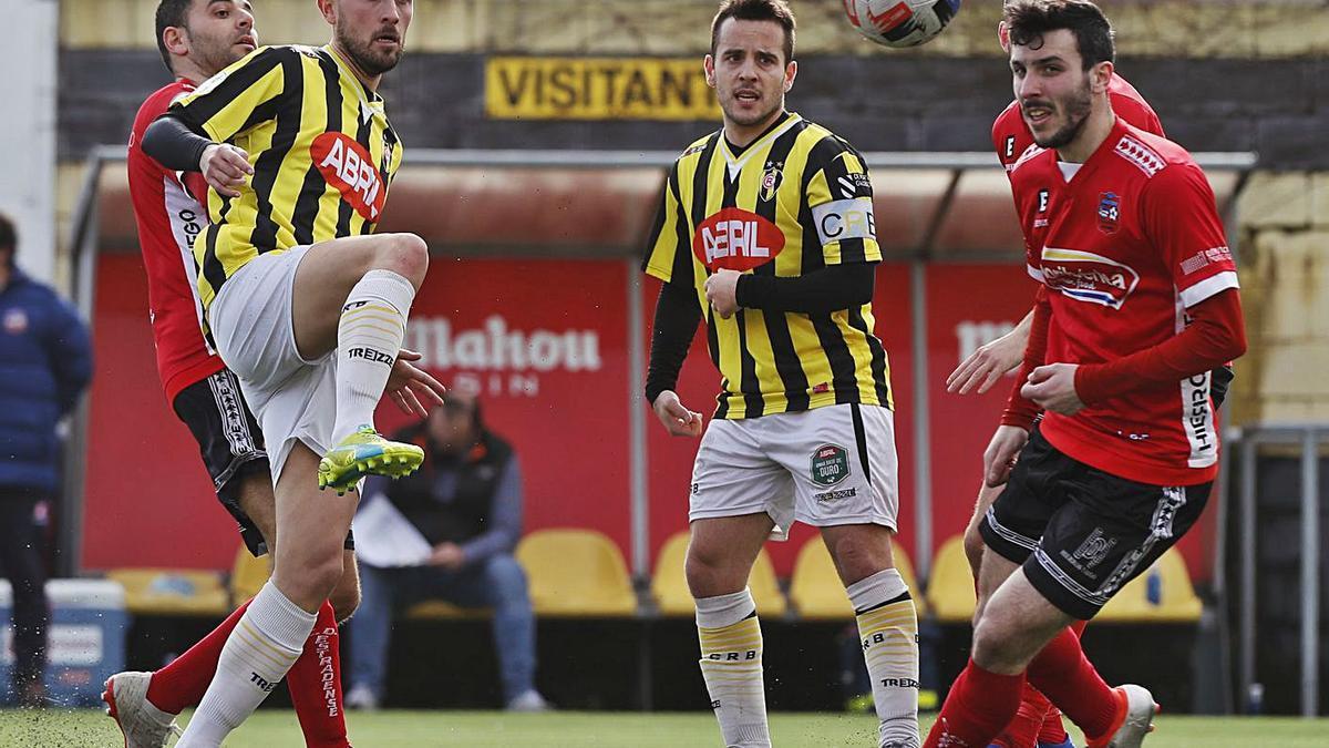 Fondevila y Carlos disputan un balón durante el partido de ayer en el Baltasar Pujales. |  // RICARDO GROBAS