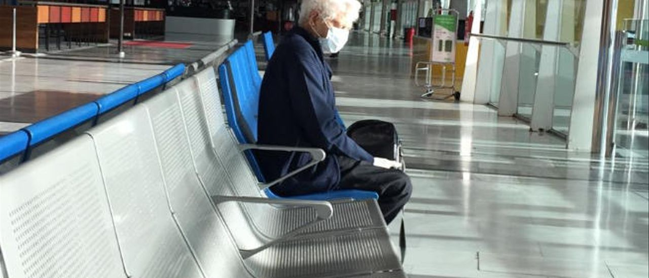 Pepe Juan Aguiar esperando en la sala de embarque del aeropuerto majorero para viajar a Gran Canaria.