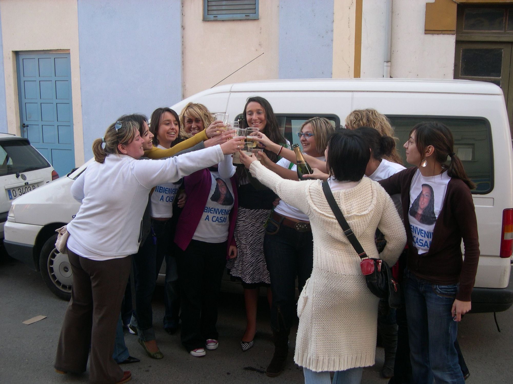 Tatiana con sus amigas en Arriondas.jpg