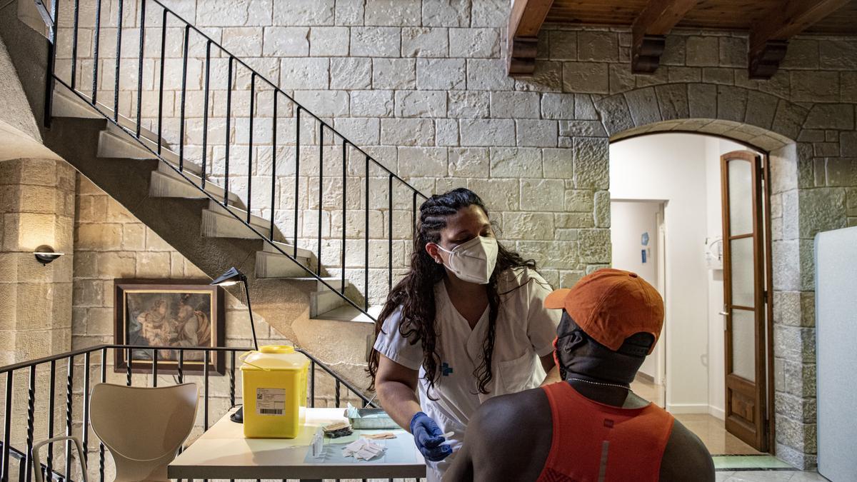 Una persona amb risc d'exclusió social sent vacunada al convent de Santa Clara
