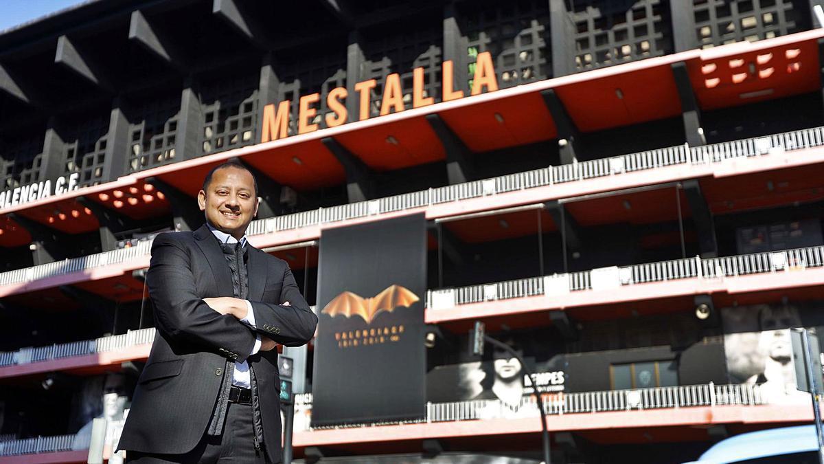 Anil Murthy posa frente a Mestalla en una entrevista concedida a este periódico en 2019. | M. Á. MONTESINOS