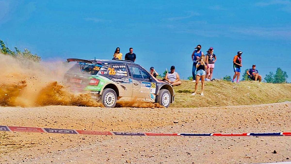 El coche de Team Vilariño, en un tramo de la competición en Liepaja.