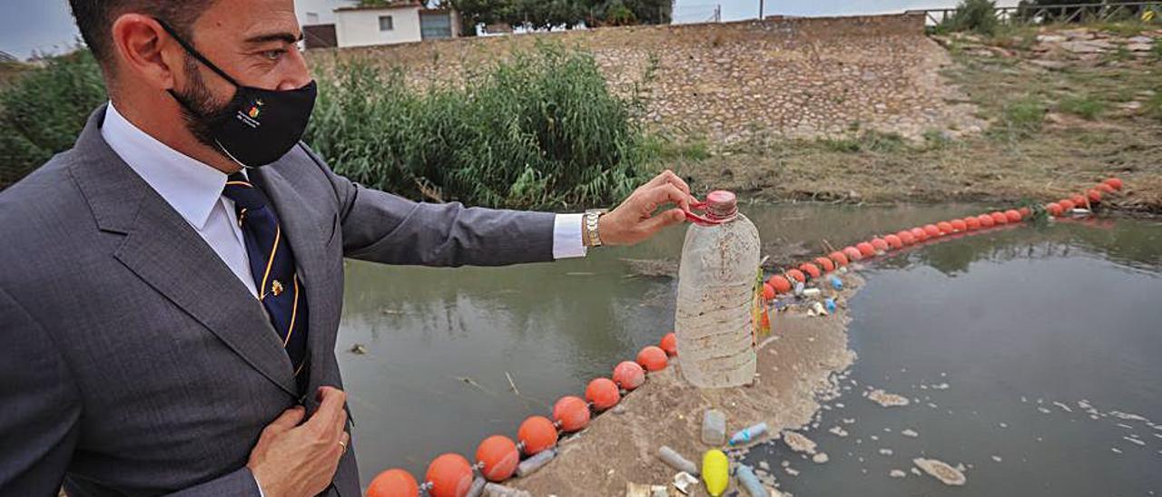 Orihuela promueve una campaña para concienciar sobre el reciclaje de plásticos | TONY SEVILLA
