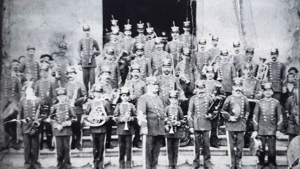 Federico Rogel al frente de la Banda Municipal de Música (1897). Reproducción de «La Pasión. Orihuela Semana Santa 1987».